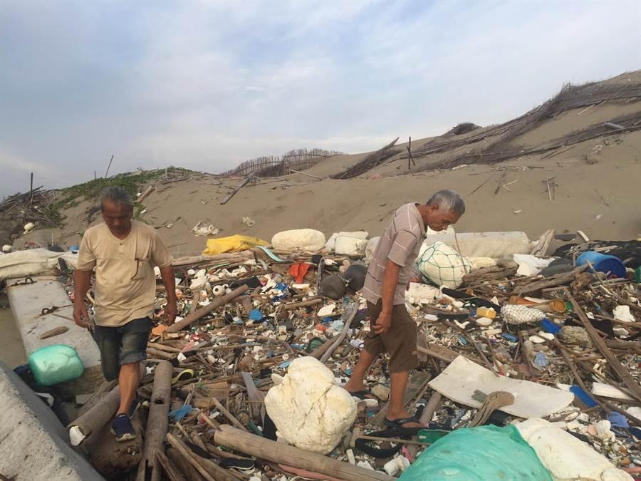 苗栗縣苑裡鎮海線一家親環保協會,近期舉辦多場淨灘活動,收集海洋垃圾製作裝置藝術警惕世人。(海線一家親環保協會提供/巫靜婷苗栗傳真)