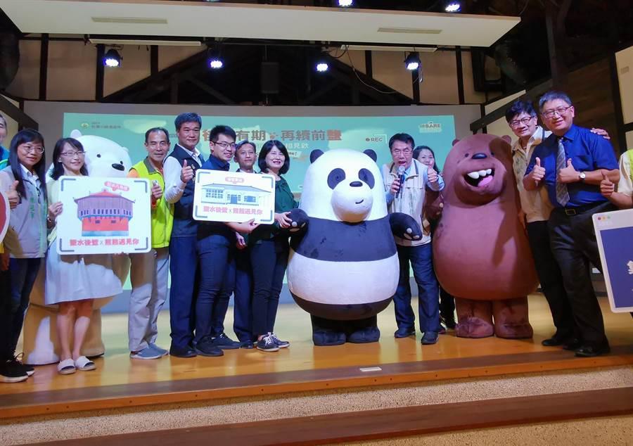 台南市長黃偉哲(右三)邀大家到鹽水、後壁觀光,與「We Bare Bears熊熊遇見你」主角大大、胖達、阿極合照打卡還可以抽好禮。(劉秀芬攝)