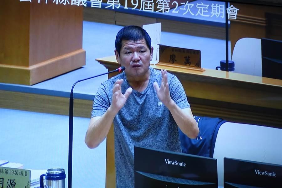 雲林縣議員賴明源1日重新走入質詢席,他的勇氣感動官員與記者。(周麗蘭攝)