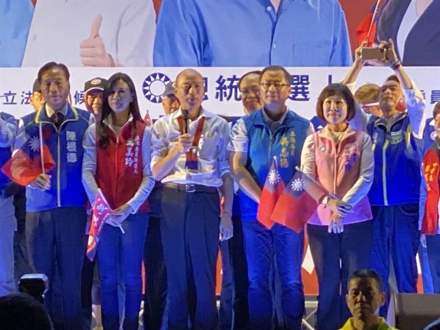 韓國瑜晚間參加桃園晚會,痛斥民進黨執政下,台灣民主已經發瘋。(蔡依珍攝)