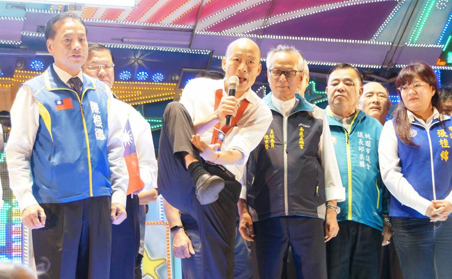 國民黨總統提名人韓國瑜(中)表示,現在已經很少聽到「台灣錢淹腳目」這句話。(甘嘉雯攝)