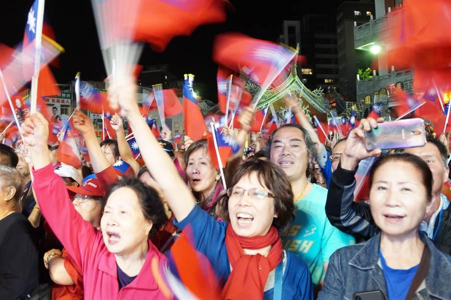 國民黨總統提名人韓國瑜傾聽之旅來到蘆竹五福宮,韓粉熱烈支持。(甘嘉雯攝)