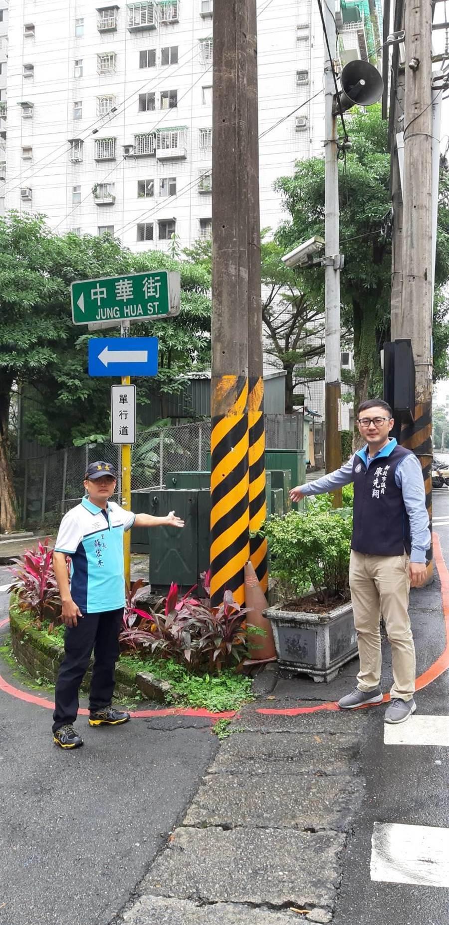 新北市議員廖先翔(右)與汐止崇德里長蘇宏杰(左)希望台電能把茄苳路、中華街口的電線桿退縮,還給行人安全的道路。(張睿廷攝)