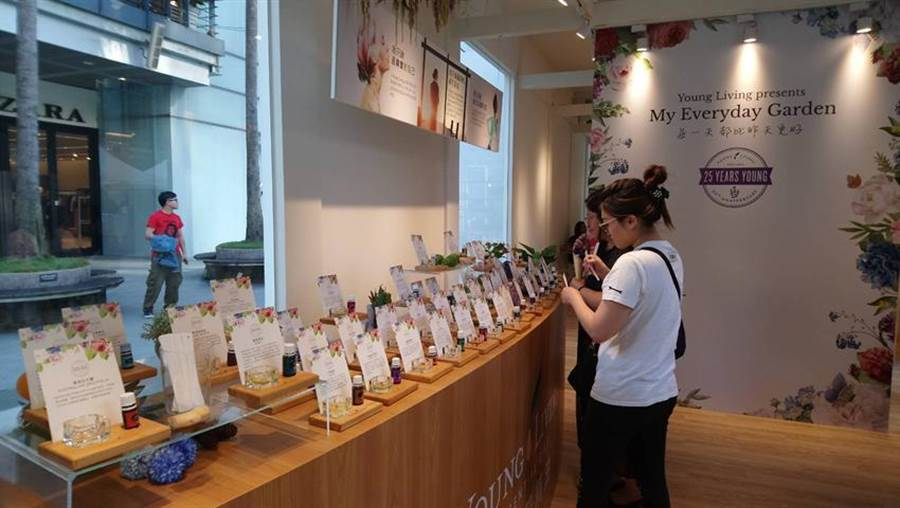 「My Everyday Garden精油花屋」快閃店今日登場首日,吸引了許多女性消費者上門聞香。(圖/曾麗芳)