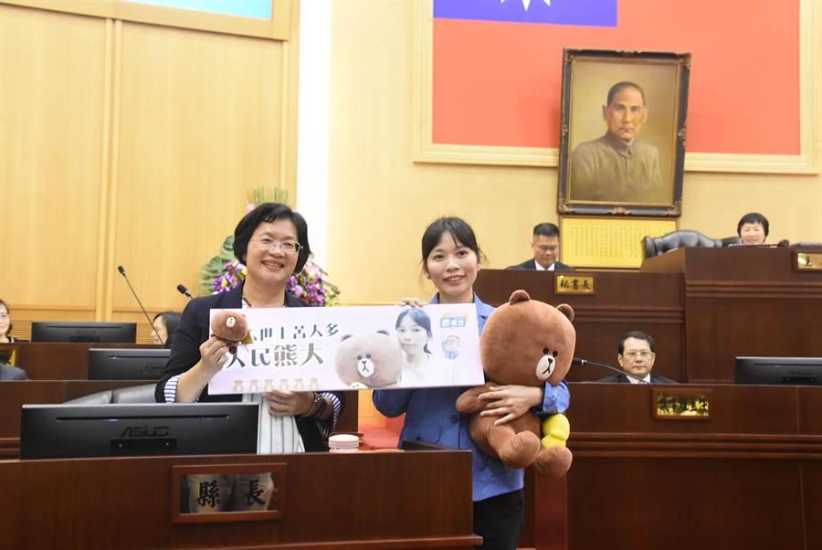 彰化縣議員溫芝樺上午在縣議會定期會上做縣政質詢,卻抱著一隻熊大玩偶進議場,質詢時就放在身旁,吸引人注意、好奇其用意。(謝瓊雲攝)