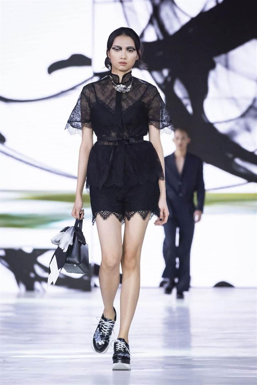 蕭珮瑩穿上夏姿2020春夏系列,具光澤和透膚感布料層疊打造出視覺上的豐富感。(伊林提供)