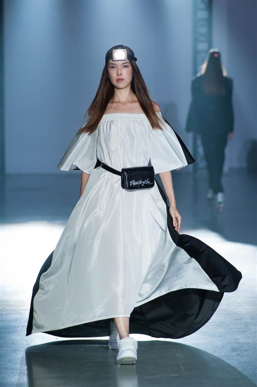 王思偉的竇騰璜黑白拼接洋裝,優雅中帶有運動風格。(伊林提供)