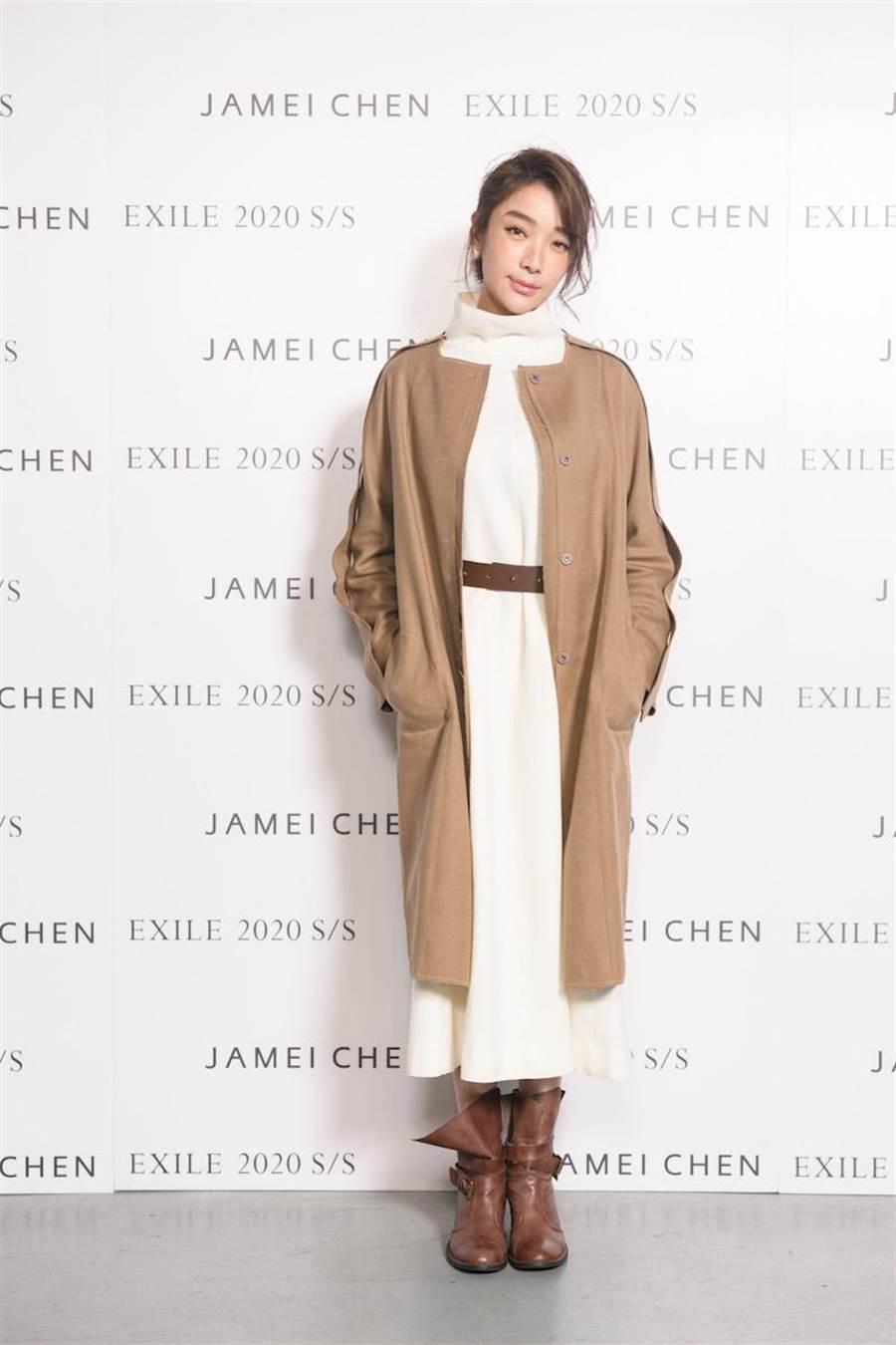 蔡淑臻觀賞JAMEI CHEN的2020春夏新作。(伊林提供)