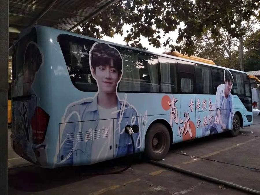 巴士車身廣告一定要有。(取自新浪娛樂)
