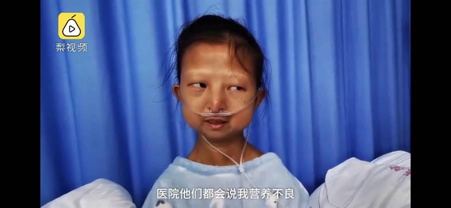 女大生了幫重病的弟弟籌措醫藥費,竟然每天只吃饅頭日花費不到10塊錢而病倒。(翻攝自梨視頻)
