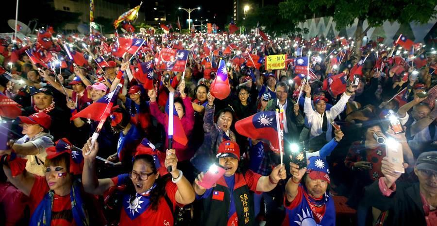 超過2萬名支持民眾把會場擠爆,當高雄市長韓國瑜領唱愛國歌曲時,現場亮起一片壯觀的手機燈海。(范揚光攝)