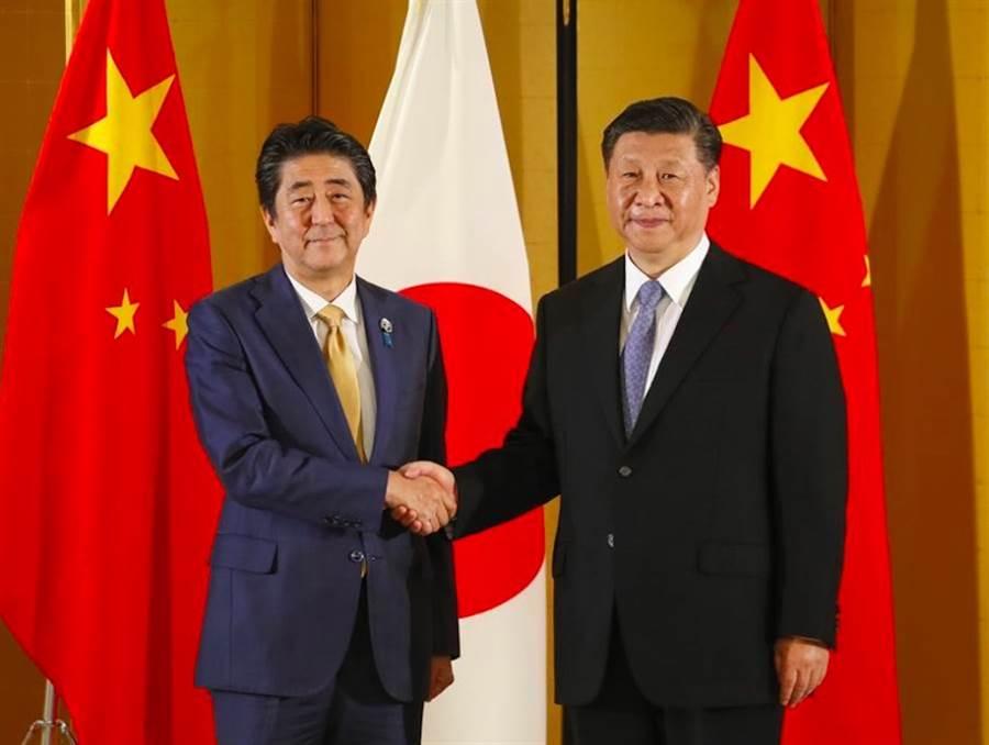 圖為大陸國家主席習近平與日本首相安倍晉三於今年2019年6月在G20高峰會見面。(美聯社)