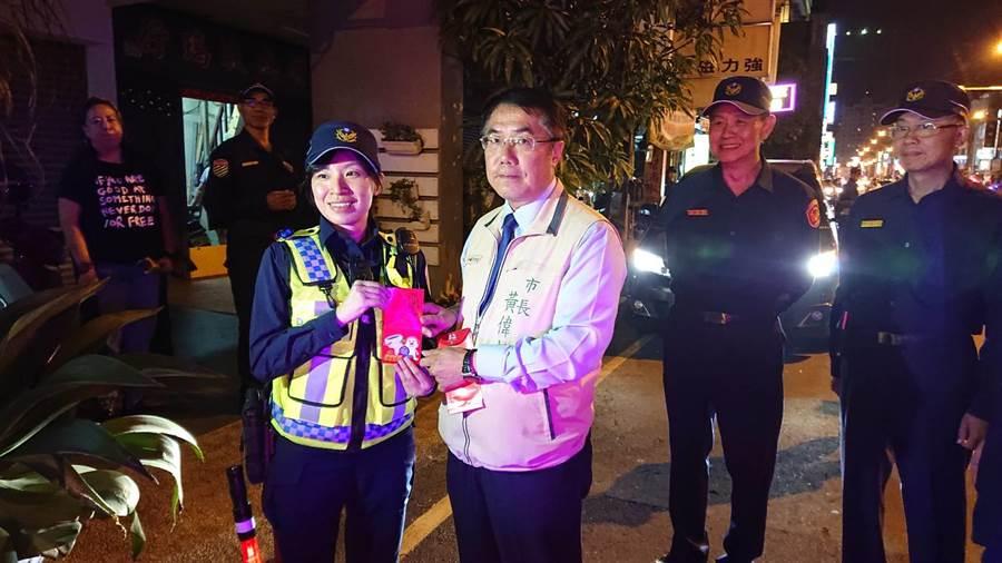 台南市長黃偉哲慰問執行酒駕勤務的員警。(程炳璋攝)