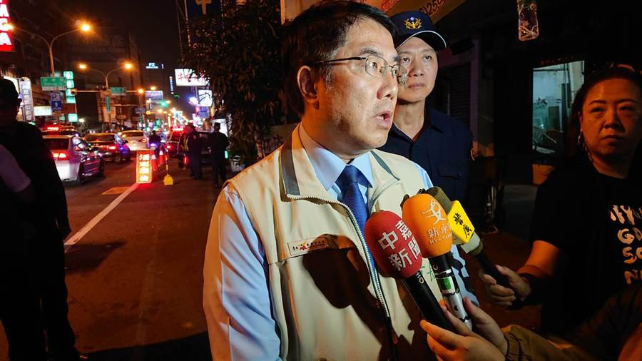 台南市長黃偉哲認為員警執行酒駕勤務相當辛苦,但取締酒駕、闖紅燈,降低違規數字十分重要。(程炳璋攝)