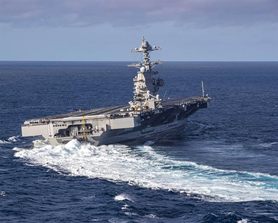 美福特號航母上周海試期間進行衝擊測試,美國海軍也公布了相關的視頻。圖為福特號在海上進行劇烈的高速大轉彎。(圖/美國海軍)