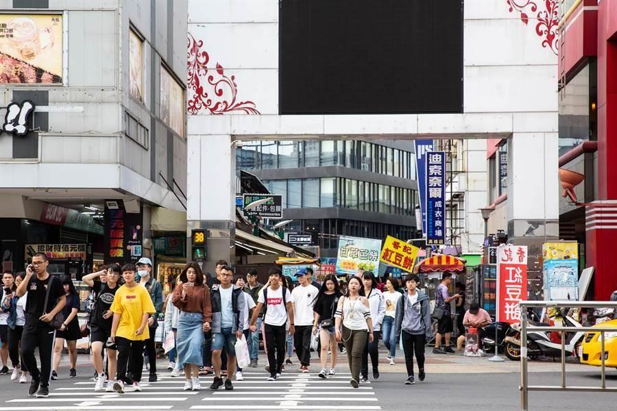 「中央公園商圈」原始樣貌,市府近期重新貼皮美化,遭網友誤會改名。(本報資料照/袁庭堯攝)