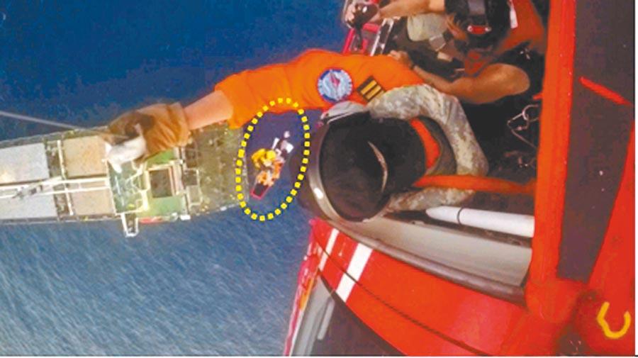 空勤總隊直升機去年11月4日執行後送救援任務時,發生病患自擔架脫離後墜海,再度吊掛送醫後不治。。(截自國家運輸安全調查委員會報告)