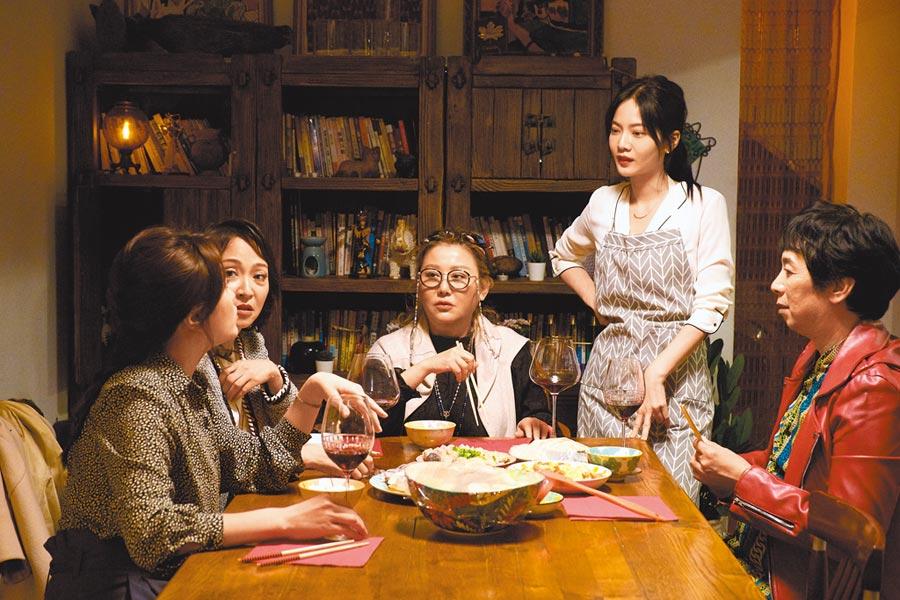 藍心湄(右二)與曾之喬(右)本周戲裡將公開母女關係,預期為戲帶來高潮。(拙八郎提供)
