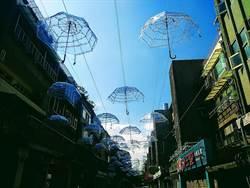 日夜皆美!東區耶誕點燈玩藝術!透明雨傘漂浮藍空好夢幻