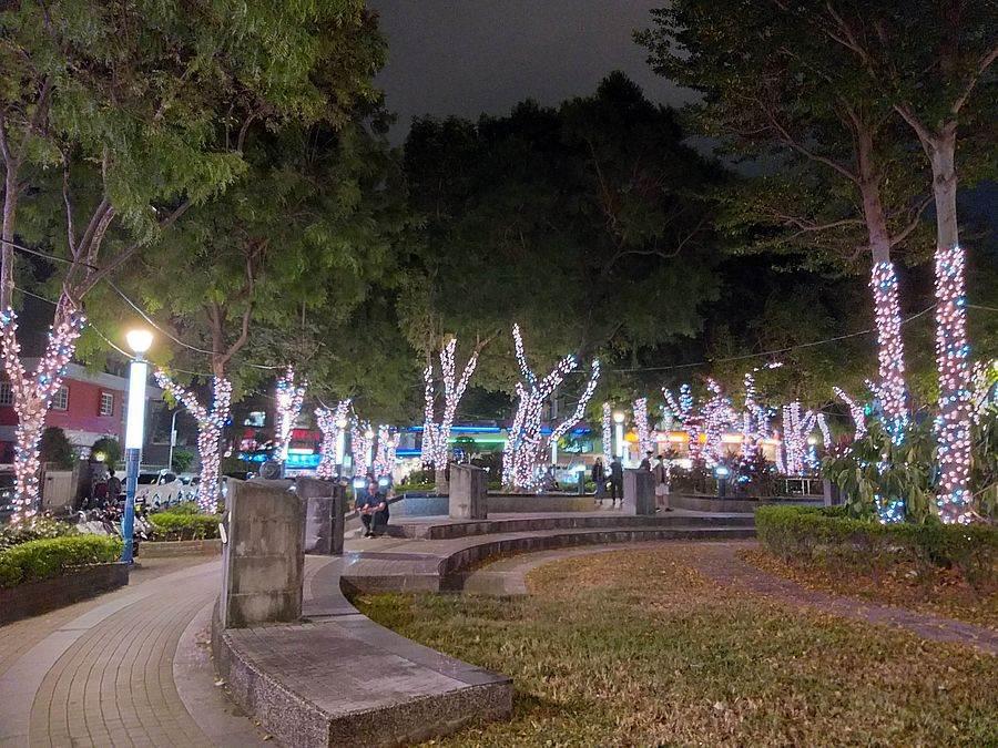 瑠公圳公園夜晚也有美麗燈飾閃爍。(林宜靜 攝)