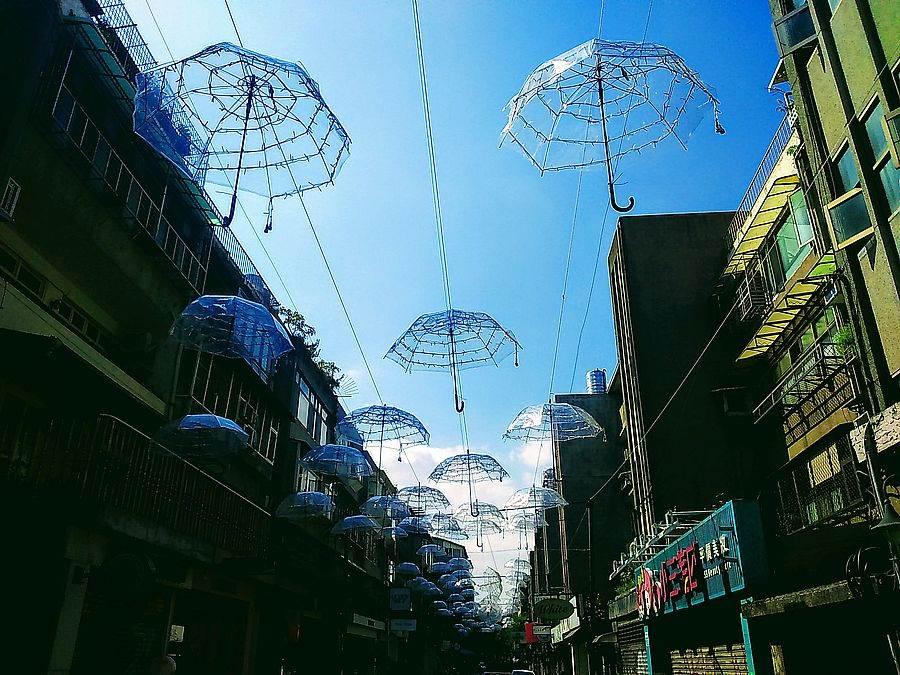 東區「網拍巷」裡近來出現數十支透明雨傘高掛,夢幻場景讓人驚艷。(林宜靜 攝)