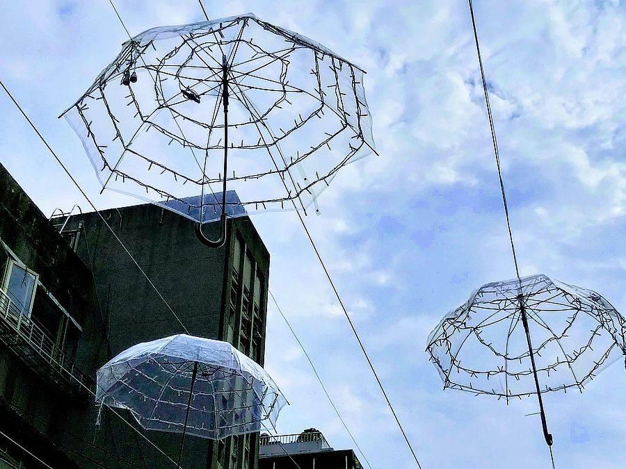 彷彿水母般的透明雨傘高掛在東區,歡迎來拍美照。(林宜靜 攝)