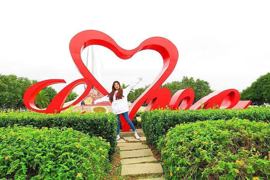 漁人碼頭知名地標LOVE廣場,快來吃好吃賞美景。(新北市漁業處提供)