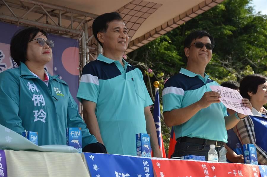 桃園市陽明高中校長宋慶瑋(左二)表示,聽到了老師、同學、校友的聲音,會進行調整、改進。(賴佑維攝)