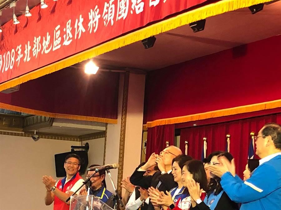 國民黨主席吳敦義(中)連乾四杯酒跟退休將領拜票。(周毓翔攝)
