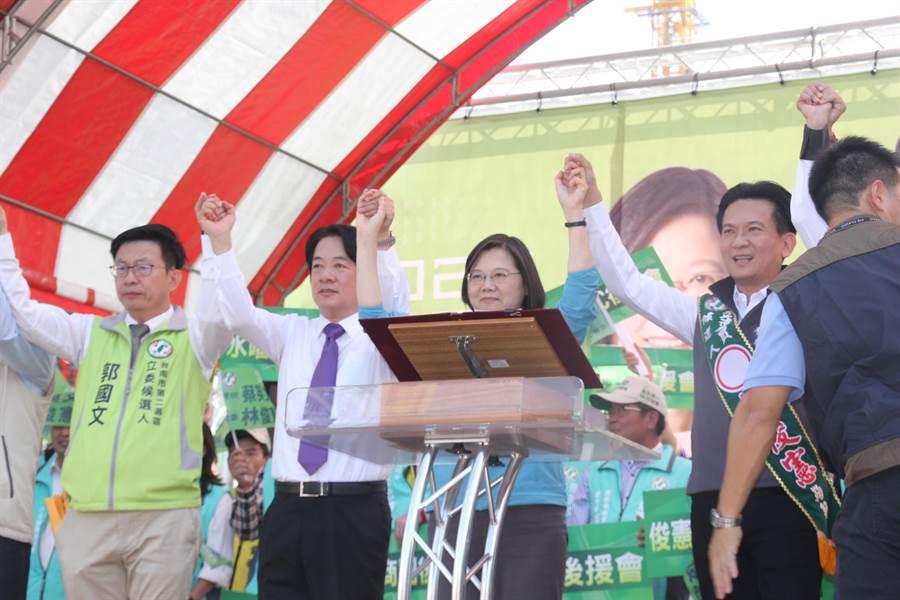 蔡英文總統(藍衣者)舉起前行政院長賴清德(白襯衫者)手時,現場支持者高聲歡呼。(程炳璋攝)