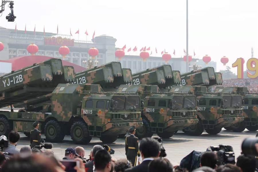 在北京大閱兵導彈方隊中首次亮相的鷹擊-12B超音速反艦導彈,使用車載3連發射器。(圖/中新社)