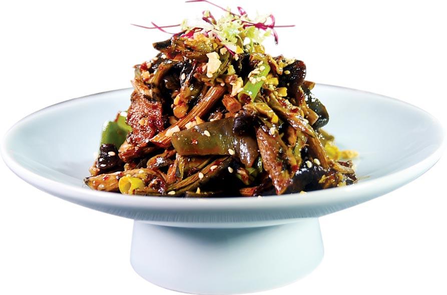 〈飄香拌烏骨雞〉,是將拆絲的烏骨雞肉與炒香的宮保乾辣椒、花椒、辣油和高湯和紅油拌製,開胃下飯也下酒。圖/姚舜