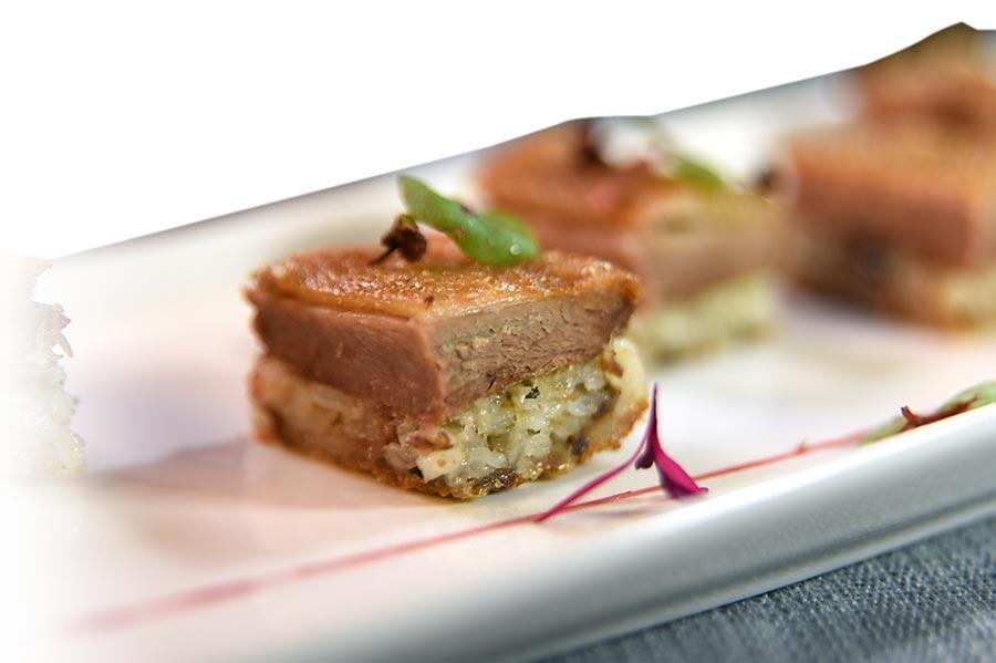 〈國賓川菜廳〉新菜〈花椒糯米樟茶鴨〉,是將帶皮鴨肉和蒸熟的糯米結合後再炸到金黃酥脆,入口皮酥肉嫩糯米香甜。圖/姚舜