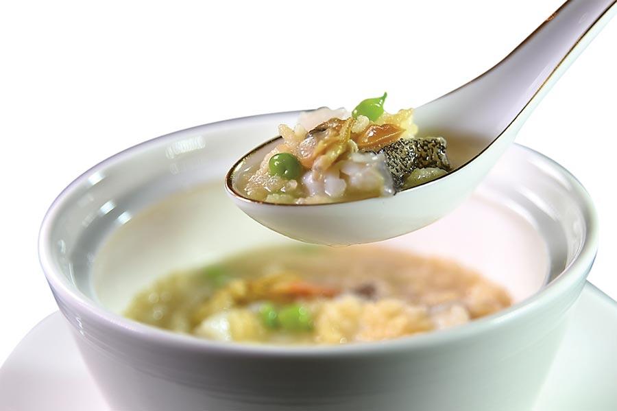 〈鮮魚泡飯〉是〈國賓川菜廳〉廚藝團隊自力研發的新菜,湯頭是以香煎鯽魚熬至乳白色,再加入白胡椒粒和豬後腿肉與山瓜子提味增鮮,湯中並有野生紅條魚肉,最後倒入酥炸香米共陳。圖/姚舜