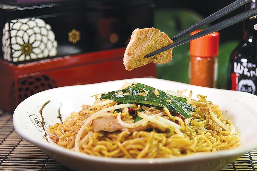 〈台灣風炒麵〉,麵上有肉臊、韭菜、豆芽和肉片,除了醬油炒製,還有一點點辣油。圖/姚舜