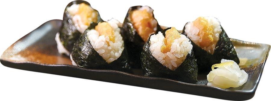 〈海老天婦羅飯糰〉是名古屋特有美食,將炸蝦天婦羅與飯糰結合,個頭精緻小巧,一口一個,吃食時不會「張牙舞爪」破壞形象,非常受女性客人喜歡。圖/姚舜