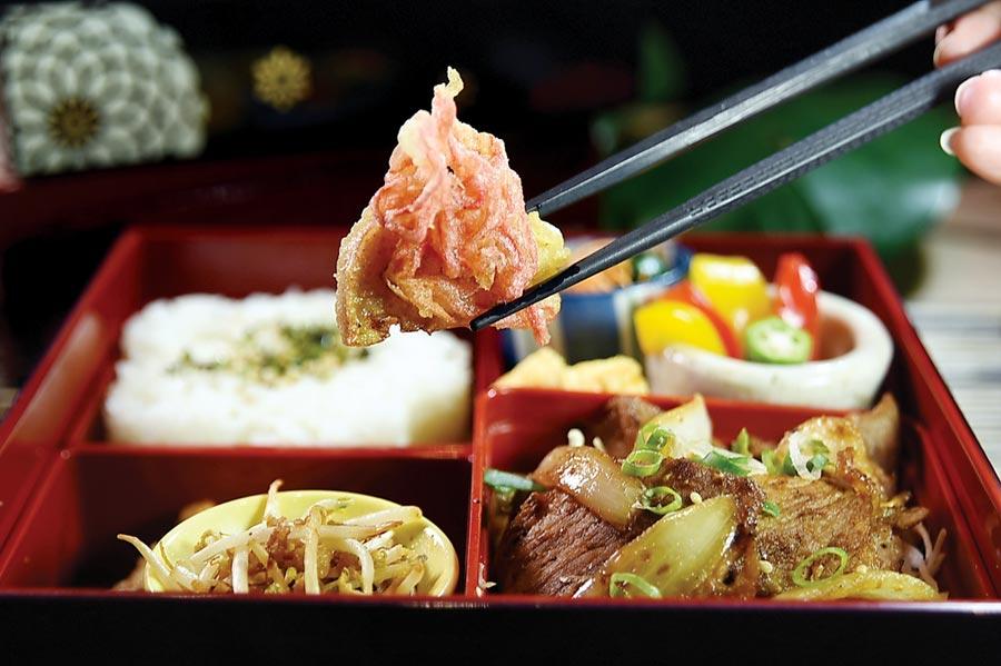 為方便中午外食的上班族解決民生問題,〈世界的山將〉南京店特別設計推出了〈名古屋名物定食便當〉。圖/姚舜