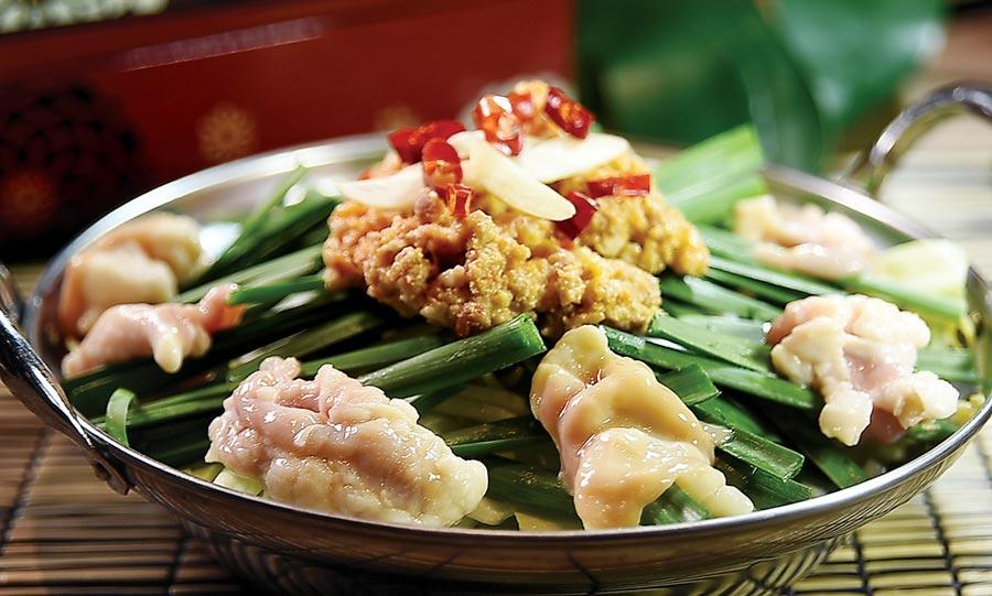 菜單上亦有不同鍋物可以選擇,圖為用牛腸、高麗菜、韭菜、豆芽同煮,並用肉臊、乾辣椒與蒜片提味的〈牛腸鍋〉。圖/姚舜
