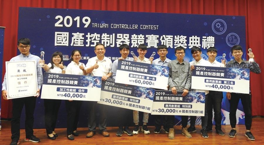 虎科大助理教授詹子奇(左四)與得獎團隊合影。圖/蔡榮昌