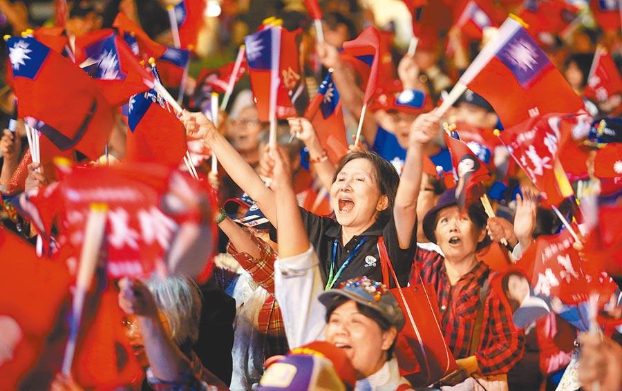 超過2萬名支持民眾擠爆幸福相會桃園起飛團結晚會,當韓國瑜進場時,大家激動地搖旗吶喊。(范揚光攝)