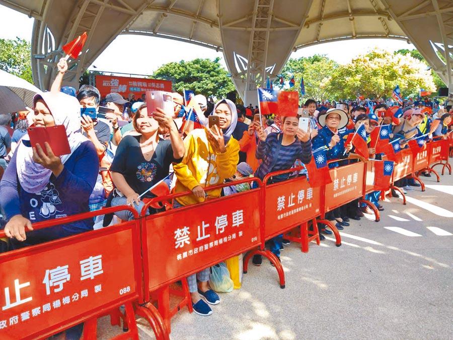 韓國瑜到楊梅埔心公園成立後援會,不少新住民與移工搶第一排爭睹韓國瑜風采。(邱立雅攝)