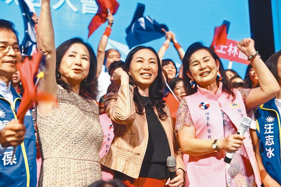 國民黨總統參選人韓國瑜夫人李佳芬(中)1日出席台北市工商婦女會晚會,爭取會員支持。(鄧博仁攝)
