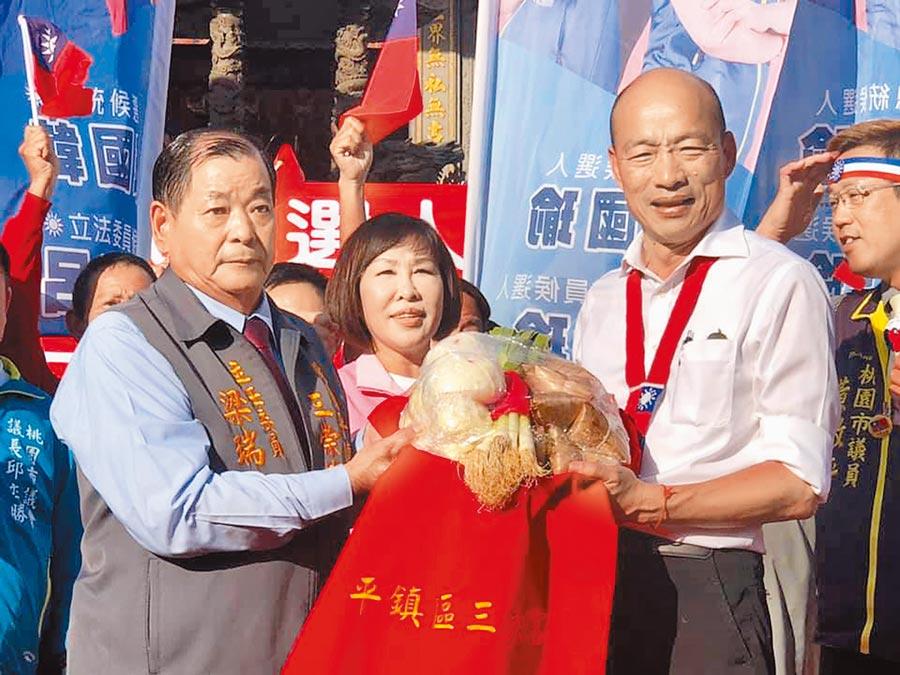 韓國瑜(右)1日到平鎮三崇宮上香祈福,三崇宮贈送韓國瑜粽子、包子和大蒜。(呂筱蟬攝)