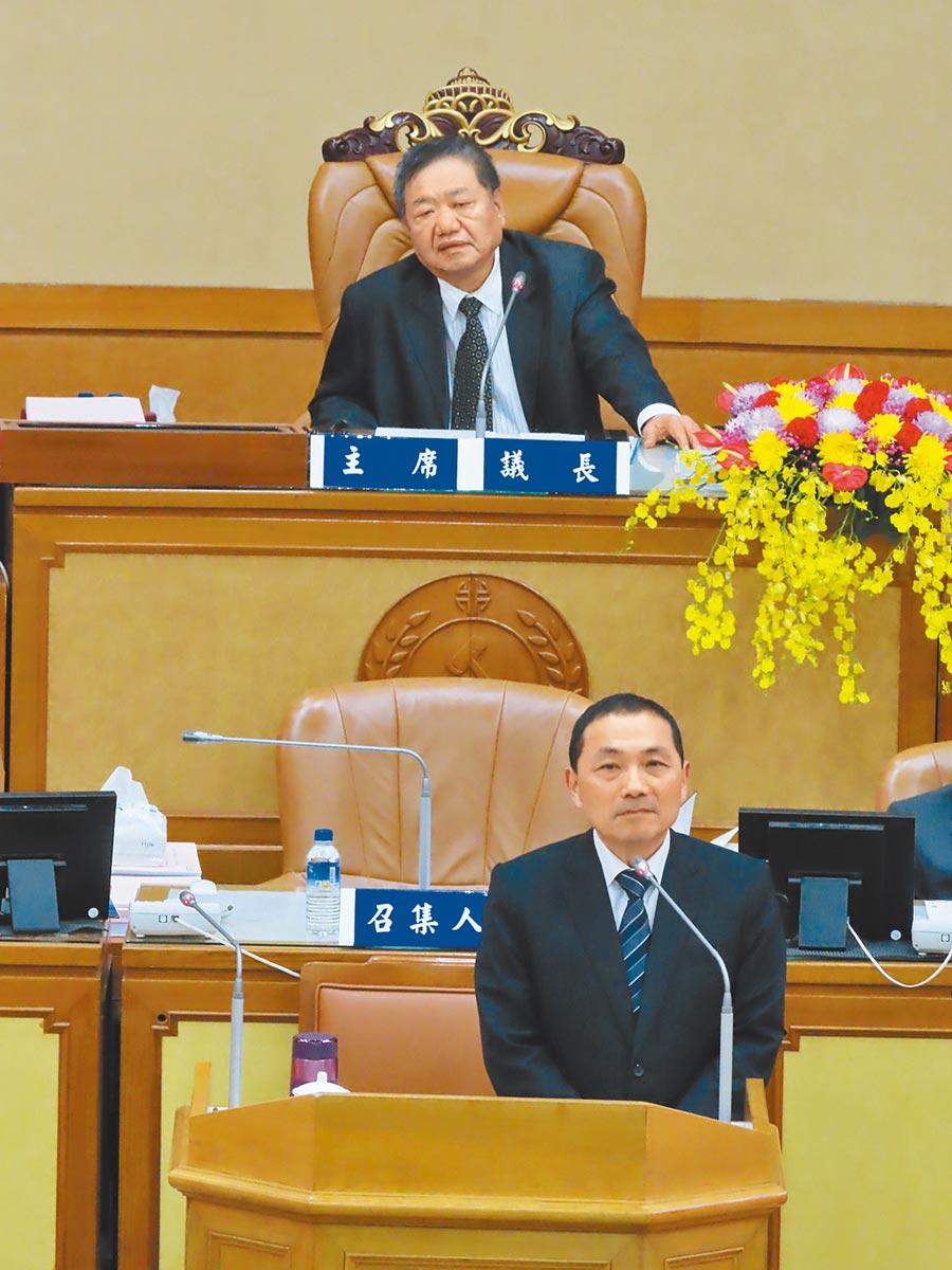 太陽花國賠案,成議會質詢焦點,新北市議長蔣根煌(後)表示,「法院是民進黨開的」。(葉德正攝)