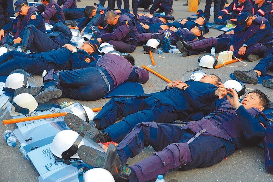 前副總統呂秀蓮昨天表示,沒有一個自由是無限,公權力執法者也應給予尊重。圖為太陽花學運時,執勤警察累翻的畫面。(本報資料照片)