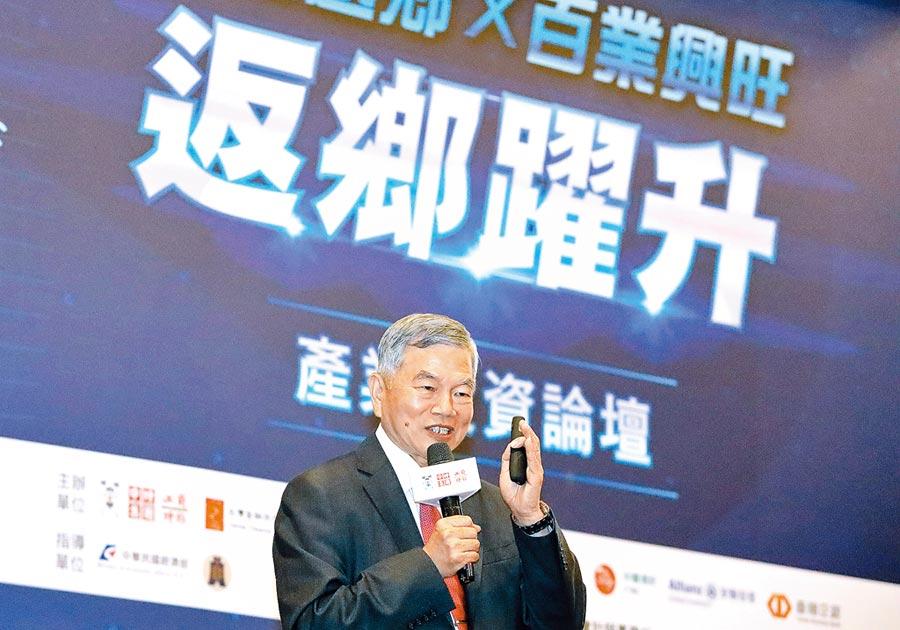 台商回流投資設定衝8000億台幣,經濟部長沈榮津將今年第一階段年底落實目標上調至2100億。圖為沈榮津之前出席產業投資論壇。(中央社)