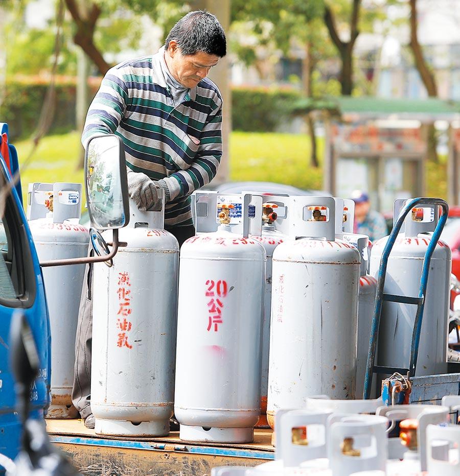 天然氣價從7月以來連5個月降價,桶裝瓦斯也暫不調漲。(本報資料照片)