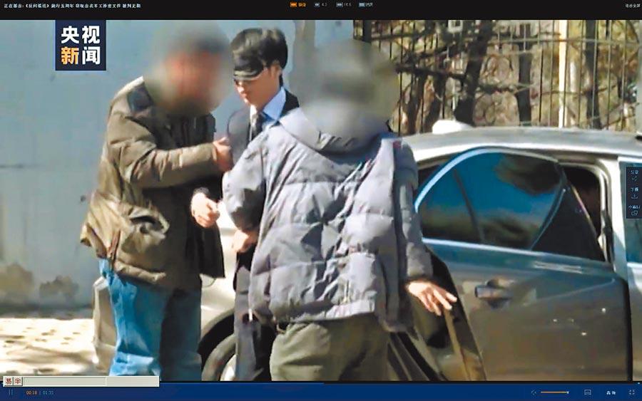 陳偉被捕後戴上眼罩押解。(央視截圖)