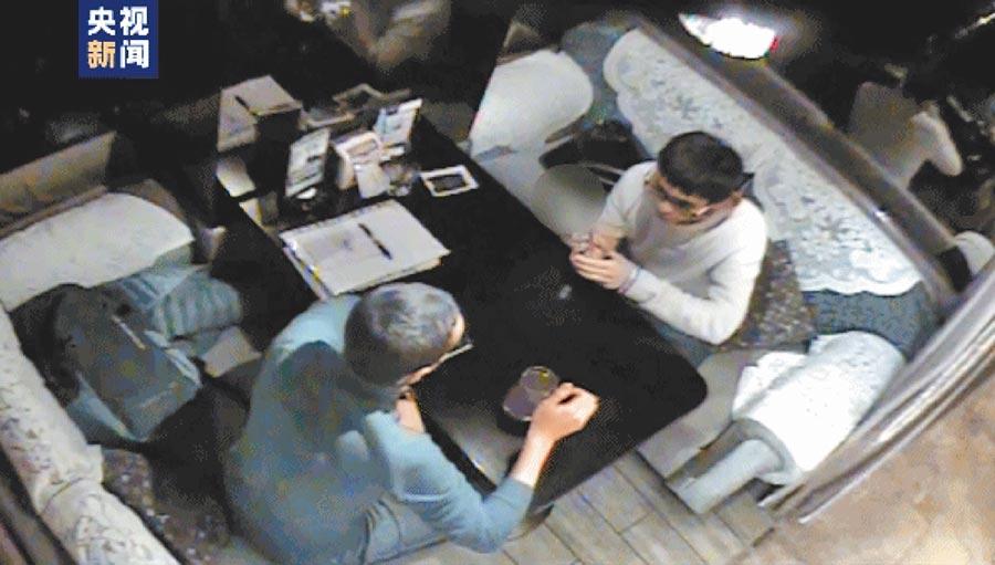 陳偉與外國「技術專家」的會面監控錄影。(央視截圖)