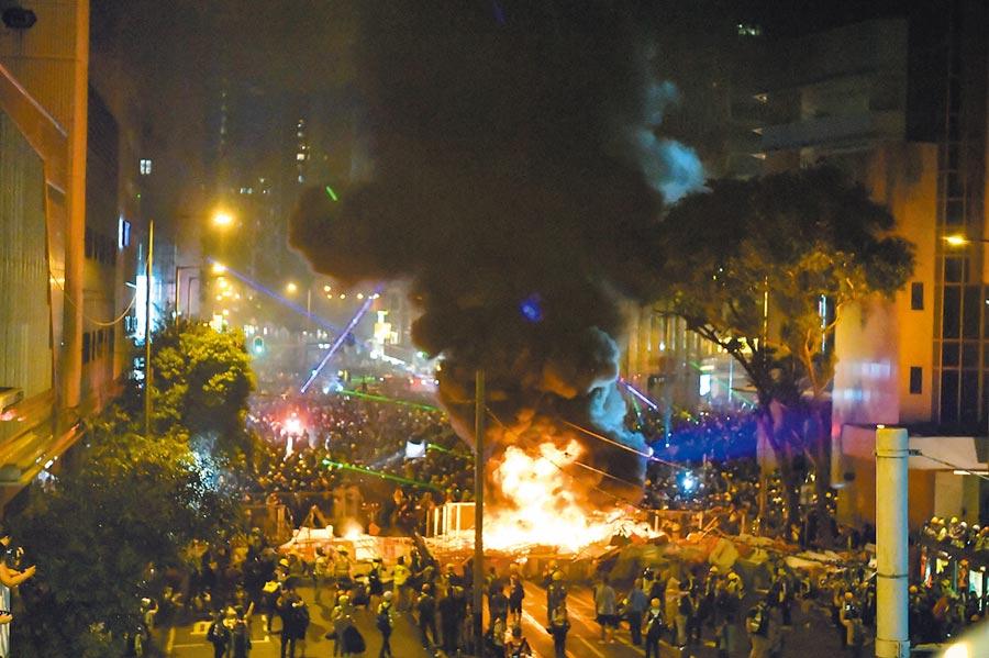 四中《公報》內容反映中共對香港動亂高度重視,圖為8月31日,抗議人士在灣仔警察總部附近放火。(新華社)